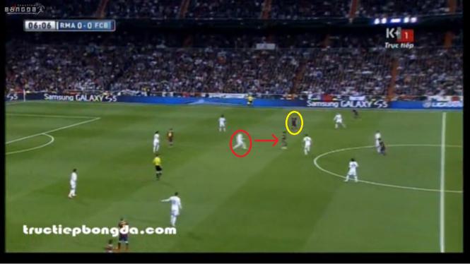 """Ramos (khoanh đỏ) lao ra để """"quét"""". Fabregas (khoanh vàng) được tự do nhận bóng - một hậu quả từ vị trí của Ronaldo."""